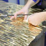 Процесс нанесения потали цвета золота на объемный фасад биокамина